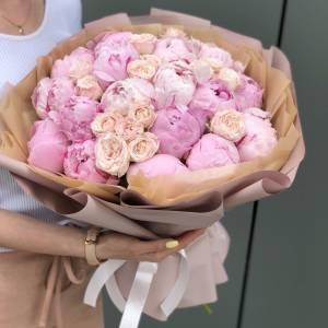 Букет 17 розовых пионов и кустовая пионовидная роза R510