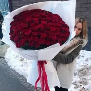 Красные розы в белой крафт-бумаге R879