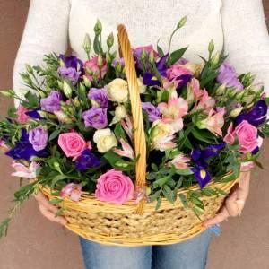 Сборная корзина с розами и ирисами R1016